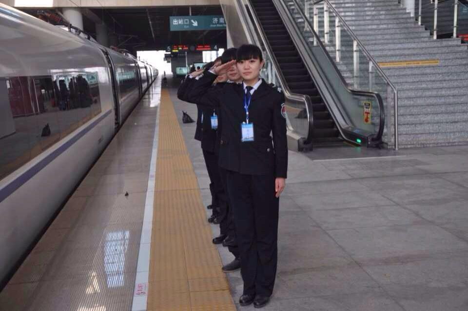 毕业生就业风采: 青岛北站开通运营 2014年1月10日,市民和旅客走出青岛北站。当日,山东省最大的综合性枢纽车站——青岛北站正式开通运营。青岛北站是集运输生产、旅客服务、市政配套于一体、多种交通方式立体衔接的综合客运交通枢纽,能实现年到发量3000余万人次。我院学生刘春雨、张宁宁、张恒、张佳等79名优秀学生正式上岗,带着热情的微笑与服务坚守在岗位上。 青岛北站夜景:图一 我院优秀学生风采: 图二解雪娉等人 我院优秀学生风采: 图三 刘梦娇等人 我院优秀学生风采: 图四 刘春雨、张